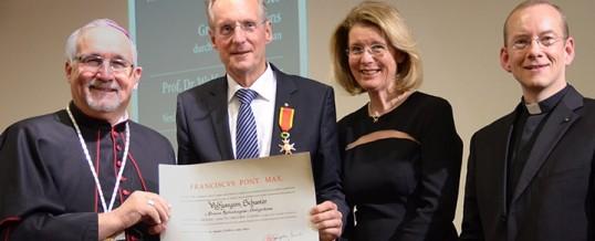 Schuster erhält Ritterwürde des Gregoriusordens